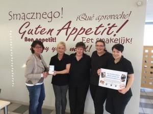 """Das Team vom """"Casino Essbar"""" überreicht die Spendendose an Ina Altenhoff (Schatzmeisterin Water for All Deutschland e. V.)"""